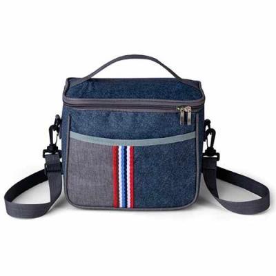 Bolsa térmica 7,3 Litros confeccionada em nylon, possui bolso frontal com detalhe colorido exteri...
