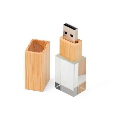Pen drive de cristal com tampa e detalhe em bambu. Capacidades de 4GB e 8GB. Altura : 6,5 cm Larg...