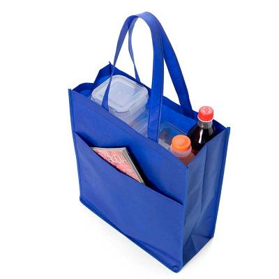 Sacola TNT com bolso na cor azul.