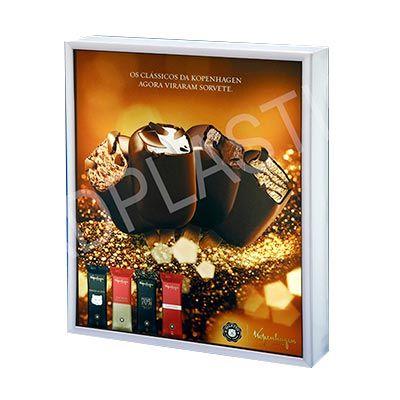 ad-plastic - Caixa retangular de acrílico. Personalizada na parte frontal através de impressão digital UV e iluminação interna com LED