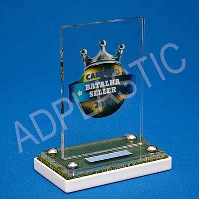 Troféu constituído por haste em acrílico cristal personalizada. Dimensões aproximadas: Haste 220x150mm e Base 200x120mm