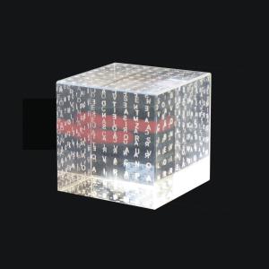 Objeto interativo produzido com cubo de puro cristal importado.