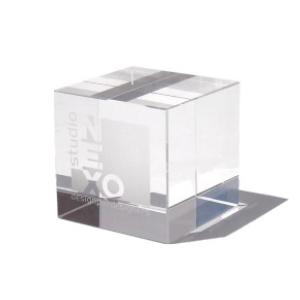 OZN Produz Presentes Corporativos - Peso para papel produzido com cubo de cristal importado.
