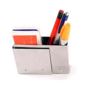 Porta canetas confeccionado com elementos de aço inox.