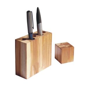 Porta canetas ecológico, produzido com madeira de reflorestamento.