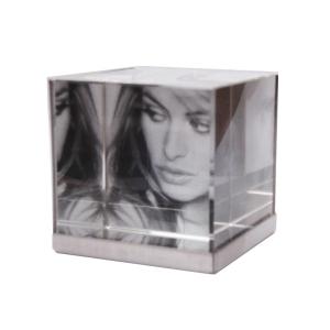 ozn-produz - Porta retrato para três fotos, com o formato de cubo.