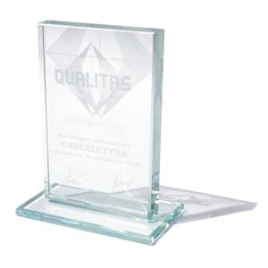 OZN Produz Presentes Corporativos - Troféu de vidro lapidado, com gravações na frente e no verso.
