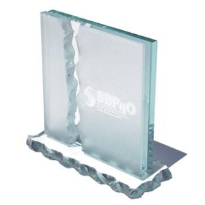 OZN Produz Presentes Corporativos - Troféu de vidro lapidado e trabalhado manualmente.
