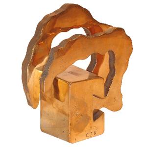 OZN Produz Presentes Corporativos - Troféu modelo Abraço, produzida em metal fundido e polido.