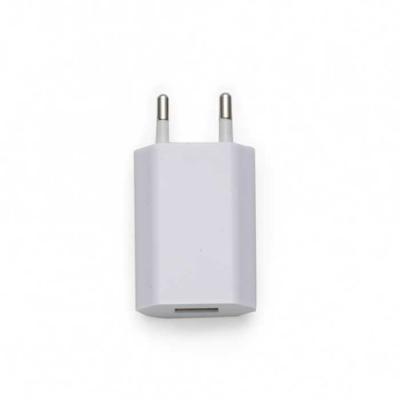 Carregador tomada plástico branco. Para utilizar basta conectar cabo USB(não acompanha) no adapta...