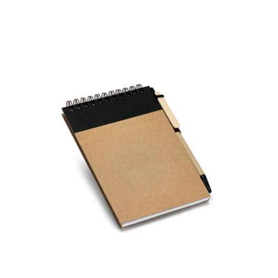 Cartão. Capa dura. Com 60 folhas não pautadas de papel reciclado. Incluso esferográfica. 105 x 14...
