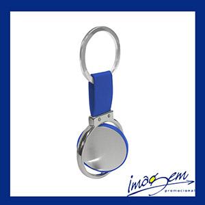 Chaveiro metálico com detalhes em borracha azul