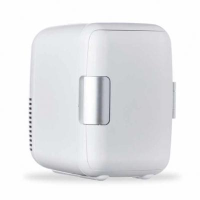 Mini geladeira plástica portátil 4 litros na cor branca. Possui: alça para transporte, cabo de al...