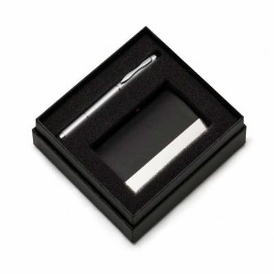 Kit executivo com 2 peças em estojo preto de papelão revestido com espuma interna. Possui uma can...