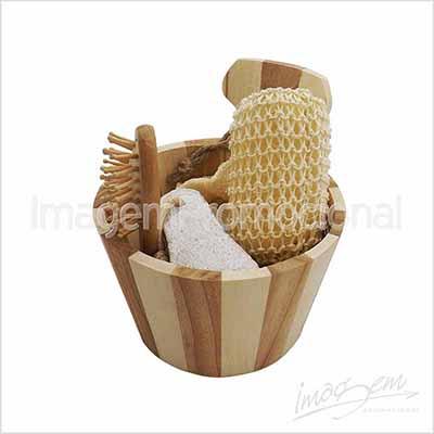 Kit spa com 03 peças em balde de madeira.