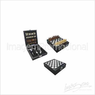 Kit vinho com 04 peças e jogo de xadrez.