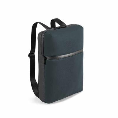 Mochila versátil em soft shell de alta densidade e tarpaulin. Desenhada para guardar um notebook ...