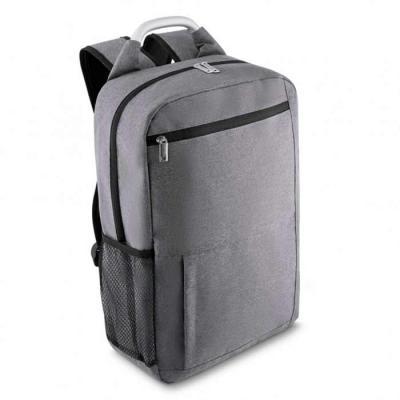 Mochila porta notebook confeccionada em nylon, possui bolso frontal, bolsos laterais em malha, bo...