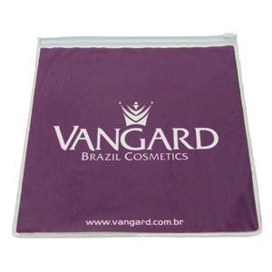 Envelope personalizado em PVC cristal colorido, com zíper de PVC (outras medidas, materiais e detalhes sob consulta). Medidas: 22 L x 23 A cm. - Eletroplast