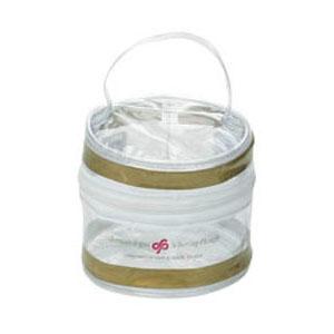 Frasqueira personalizada em PVC cristal, com alça de mão em PVC perfilado, zíper de tecido e vivo de PVC cristal.