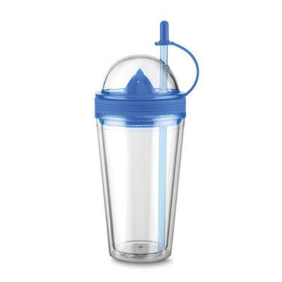 classic-pen-brindes - Copo plástico 500ml com espremedor de frutas. Acompanha tampa rosqueável para o espremedor com suporte plástico para tampar o canudo; espremedor color...