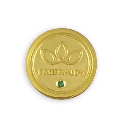 mkorn - Pin personalizado em metal banhado a ouro 18 quilates, com gravação em alto e baixo relevo. Acabamento fosco e polido e cravação de e pedra de esmeral...