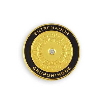 mkorn - Pin personalizado em metal banhado a ouro 18 quilates, com gravação em alto e baixo relevo. Acabamento fosco e polido e cravação de uma pedra sintetic...