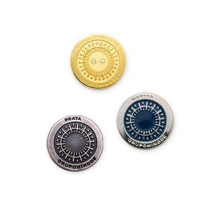 mkorn - Pin com aplicação de esmalte, alto e baixo relevo.