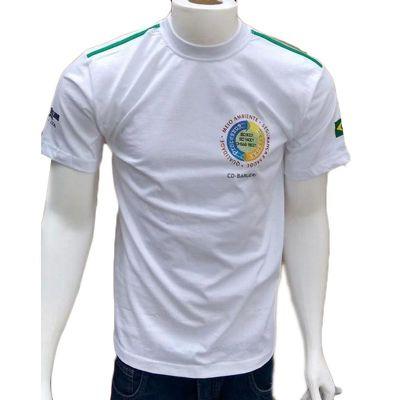 Camiseta masculina com gola careca e detalhe.