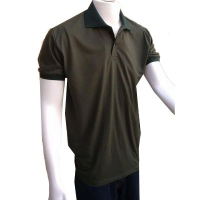Camiseta masculina polo com gola e braçadeiras.