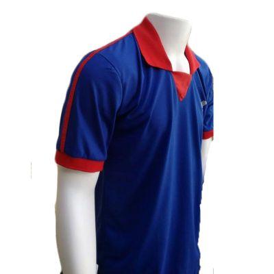 Camiseta masculina polo em malha com detalhes de outra cor.