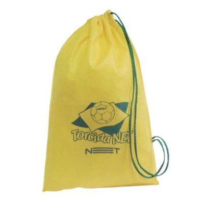 Galeon Brindes e Embalagens Promocionais - Mochila personalizada em TNT amarelo - Medidas: 26 x 36 cm. Com costura externa.