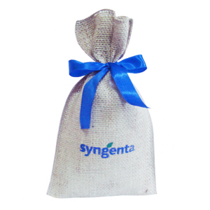 Galeon Brindes e Embalagens Promocionais - Saco personalizada em juta natural - Medidas: 18 x 30 cm, com fitade cetim, costura externa.