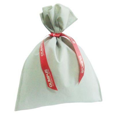Galeon Brindes e Embalagens Promocionais - Saco personalizado em TNT cinza - Medidas: 25 x 32 cm, com fita estampada.