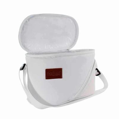 Bolsa térmica personalizada com detalhes em tela sintética, etiqueta de courvin e cursor especial...