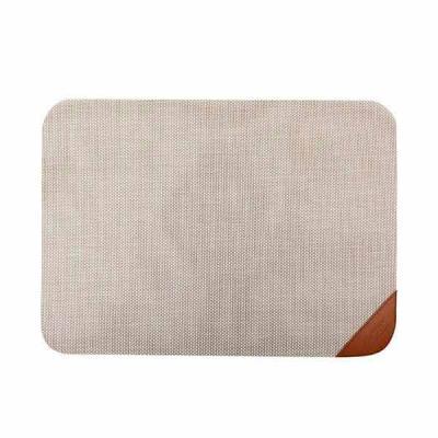 Toalha Americana de mesa retangular, em tela com cantos arredondados e detalhe em courvin para gr...