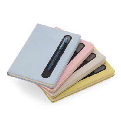 Caderneta personalizada com suporte para caneta, com capa dura confeccionada em material sintétic...