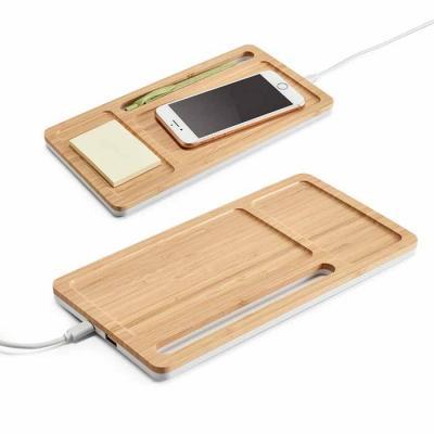 Organizador personalizado de secretária feito em bambu e ABS. Possui carregador por indução, hub ...
