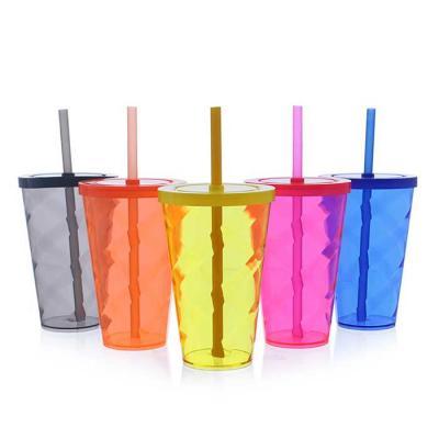 O copo tornado com tampa e canudo é uma excelente opção para servir bebidas em geral de forma ele...