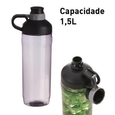 Garrafa personalizada de plástico, com capacidade de 1,5L. Tampa rosqueável a vácuo, anti perda, pois a tampa é presa no corpo da garrafa. Com alça pa... - Plus Brindes
