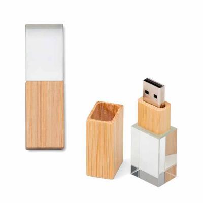 Pen drive personalizado com capacidade de 8GB. Feito de cristal com tampa e detalhe em bambu. Med...