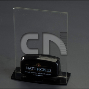 CN Acrilycs - Troféu personalizado em acrílico cristal e preto.
