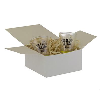 Kit personalizado com 2 copos de dose 60ml e embalagem papel cartão branco.