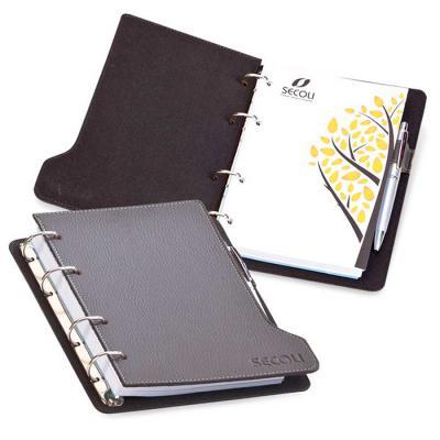 Secoli Brindes - Agenda com base estruturada, porta canetas e pintura lateral. Sua marca oferecendo estilo e utilidade ao cliente!