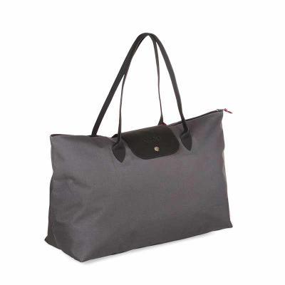 Secoli Brindes - Com amplo espaço interno, é uma sacola de uso cotidiano. A combinação de cores com o fechamento por botão dá à peça um toque de estilo único.