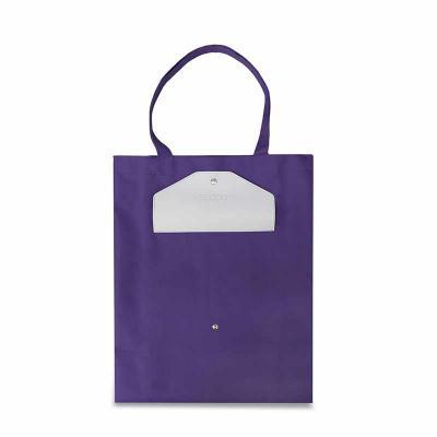 Com amplo espaço interno, é uma sacola de uso cotidiano. A combinação de cores com o fechamento por botão dá à peça um toque de estilo.