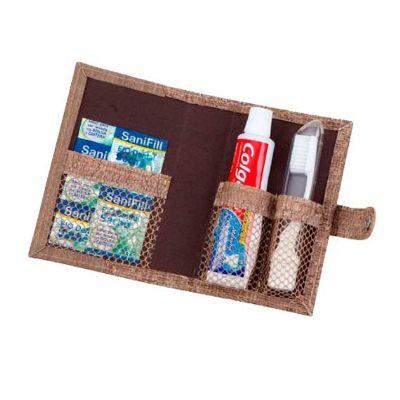 - Kit Bucal confeccionado em couro ou sintético, com escova de dentes e mini pasta de dentes. Fechamento através de botão de pressão.