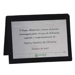Placa de homenagem em aço inox com acabamento em book de veludo.