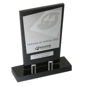 Parceria - Troféu confeccionado em aço e acrílico, na cor preto.