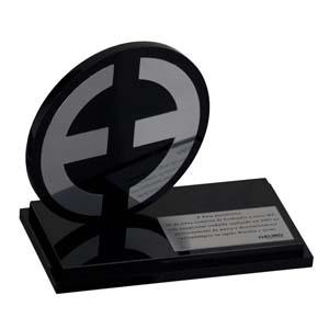 Parceria - Troféu de premiação em acrílico preto, com aplicação em aço.